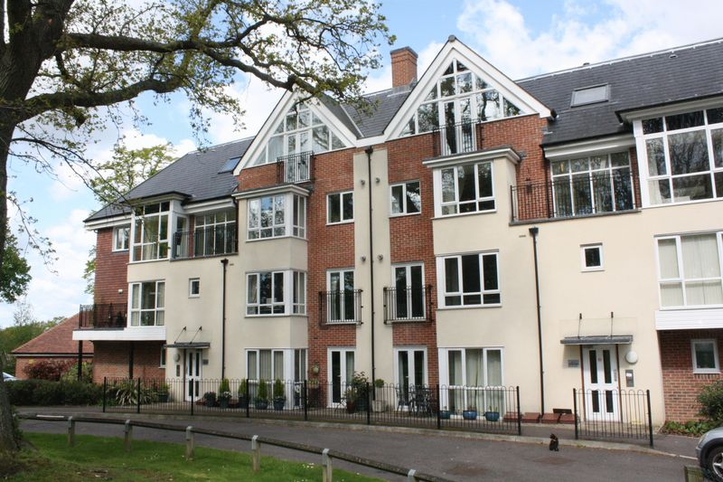 2 Bedrooms Flat for sale in Stone Court, Crawley