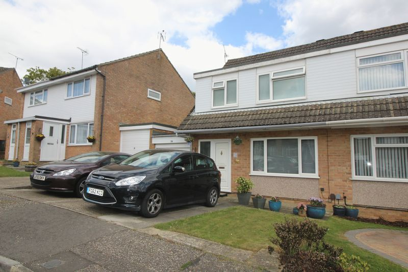 3 Bedrooms Semi Detached House for sale in Rosedale Close, Crawley