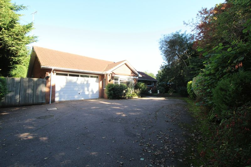 3 Bedrooms Detached Bungalow for sale in Pound Hill, Crawley