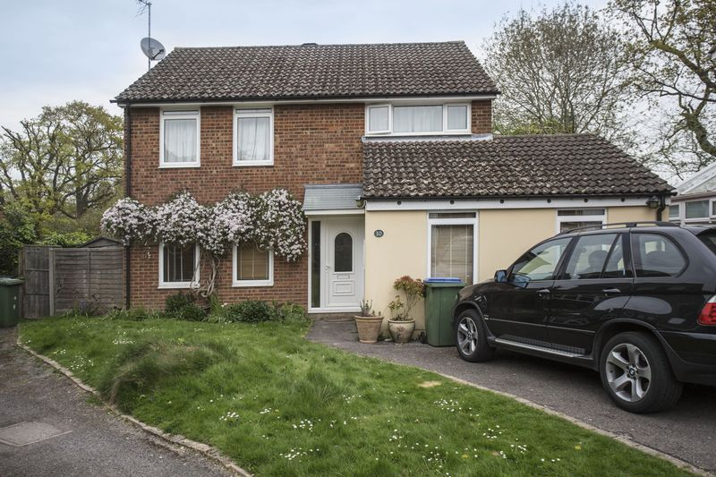 4 Bedrooms Detached House for sale in Reapers Close, Horsham