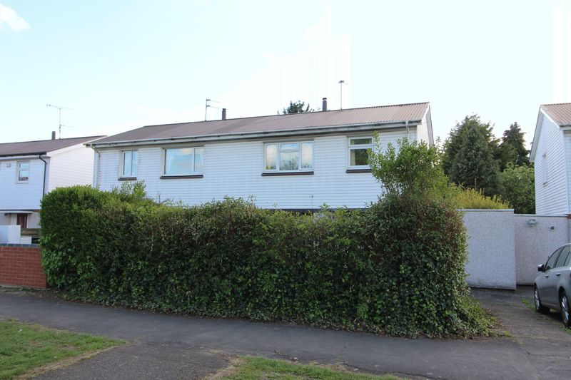 3 Bedrooms Semi Detached House for sale in Churchill Avenue, Aylesbury