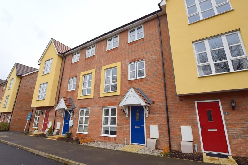 3 Bedrooms Terraced House for sale in Loosley Green, Aylesbury