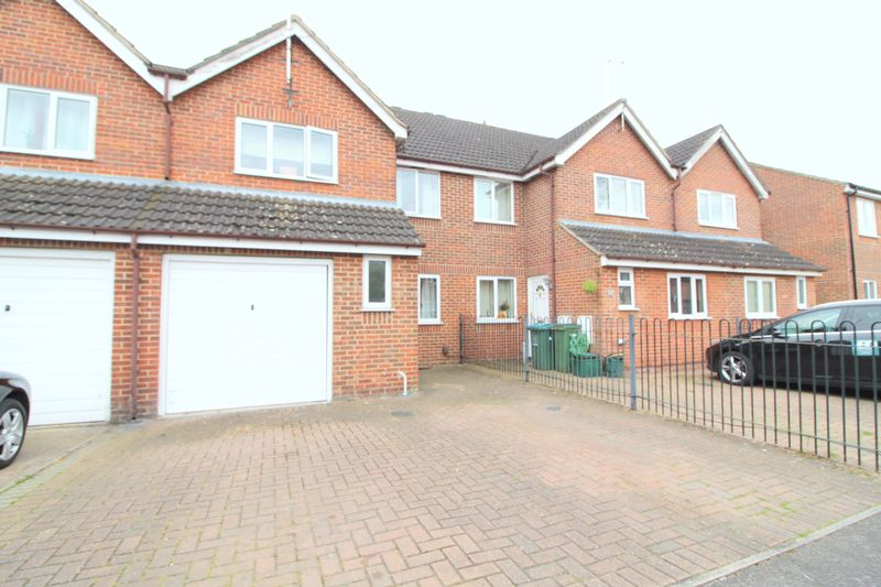 3 Bedrooms Terraced House for sale in Dormer Close, Aylesbury