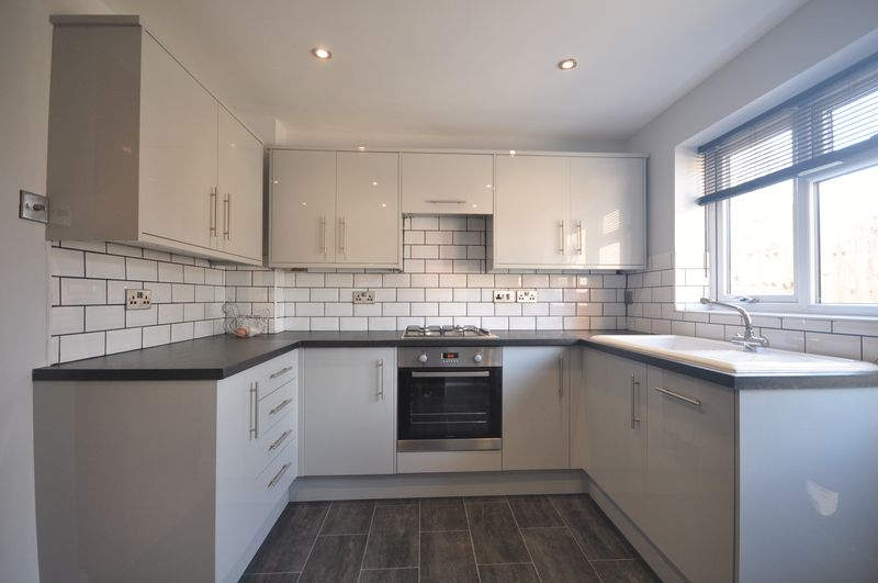 2 Bedrooms Terraced House for sale in Sherwood Close, Fetcham