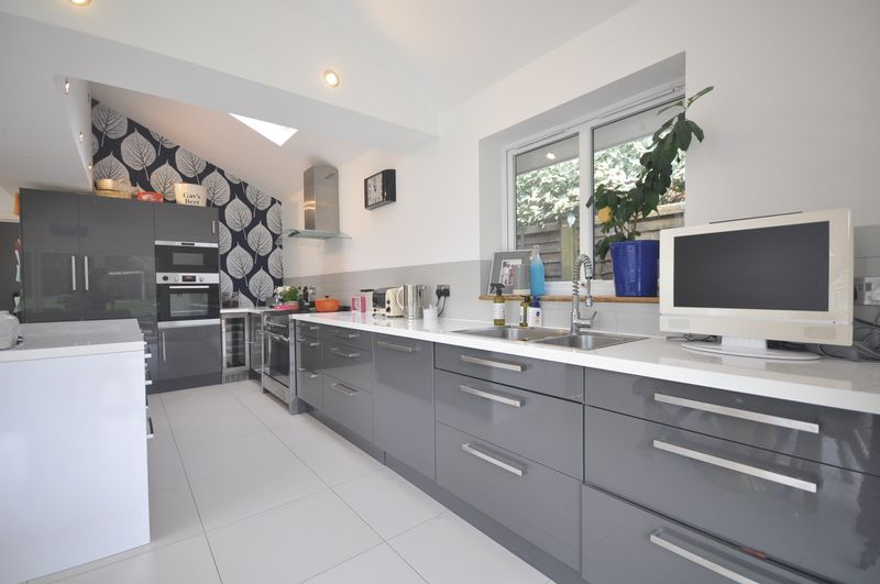 3 Bedrooms Detached House for sale in Hilltop Rise, Bookham