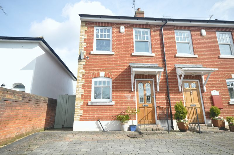 3 Bedrooms Terraced House for sale in Highlands Road, Leatherhead