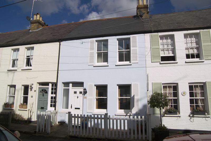 3 Bedrooms Terraced House for sale in Station Road, Claygate