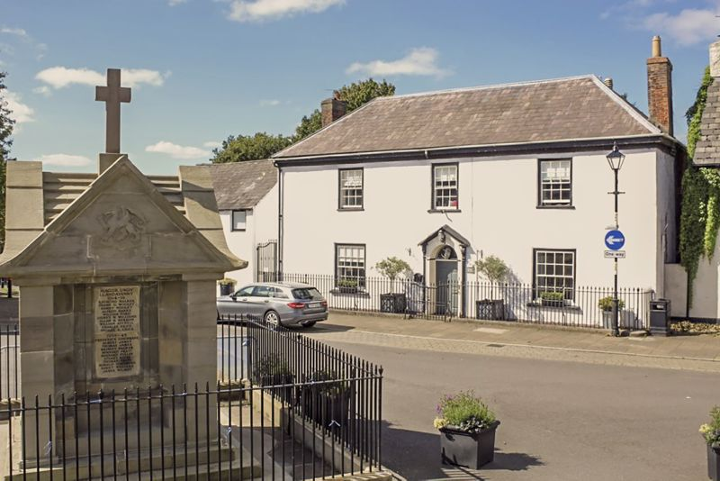 The Square Magor