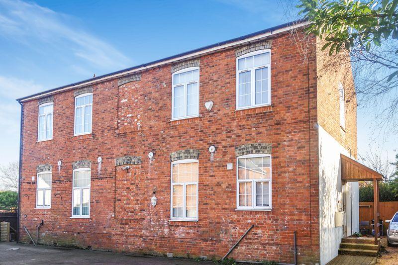 3 Bedrooms Semi Detached House for sale in St. Michaels Road, Aldershot