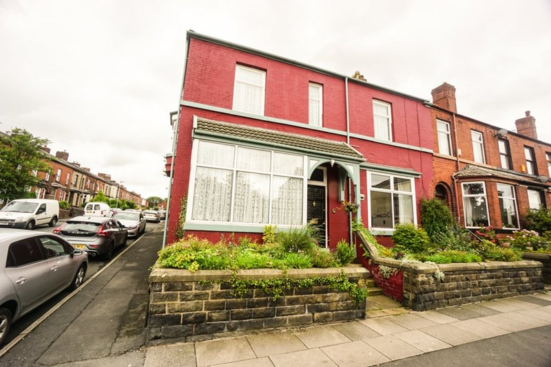 5 Bedrooms Terraced House for sale in Chorley New Road, Horwich