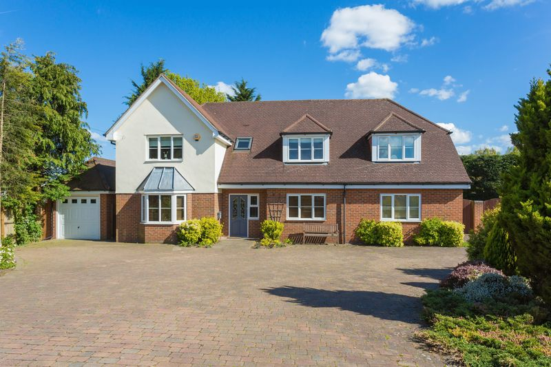 5 Bedrooms Detached House for sale in Pinstone Way, Gerrards Cross