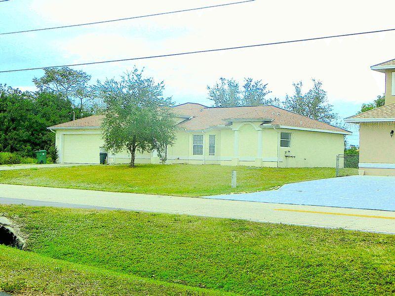 3 Bedrooms Detached House for sale in SE Glenwood Drive, Port St Lucie, Florida