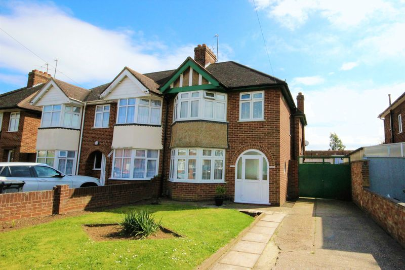 3 Bedrooms Semi Detached House for sale in Laburnum Avenue, Bedford