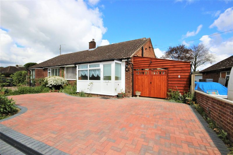 3 Bedrooms Semi Detached House for sale in Tudor Close, Bromham, Bedford