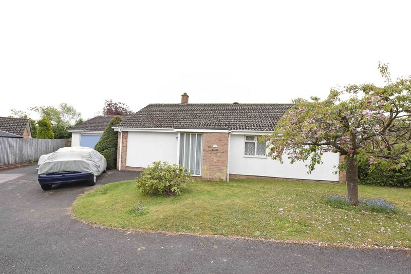 3 Bedrooms Detached Bungalow for sale in Portiswood Close, Tadley