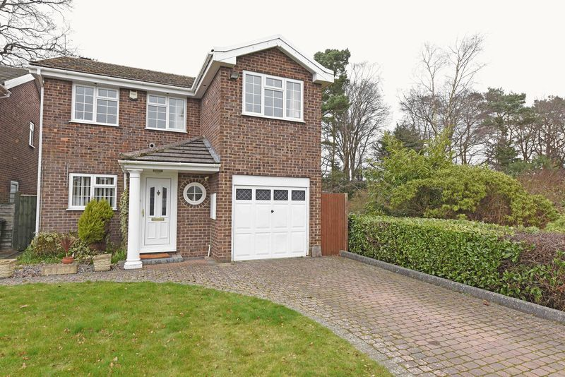 4 Bedrooms Detached House for sale in Sarum Road, Tadley