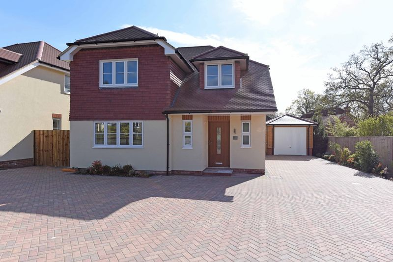 4 Bedrooms Detached House for sale in West Street Tadley