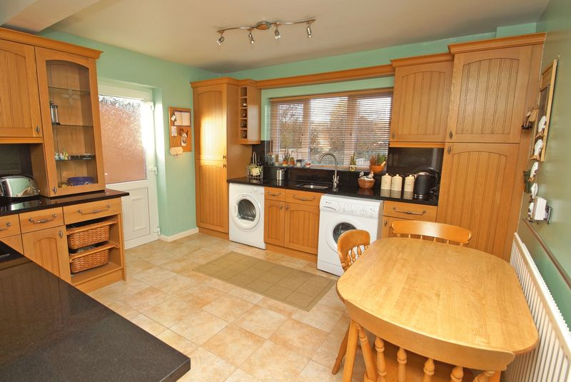 4 Bedrooms Detached House for sale in Vicarage Crescent, Redditch