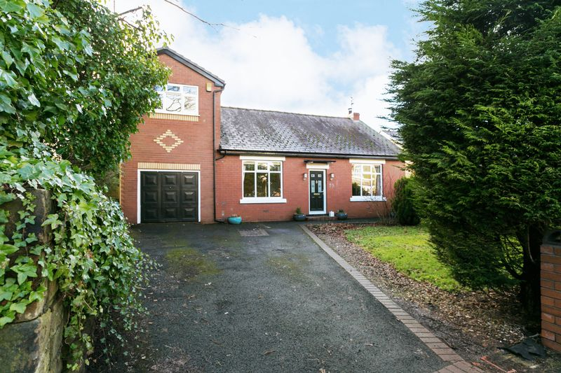 4 Bedrooms Detached House for sale in Wigan Road, Standish, WN6 0BA