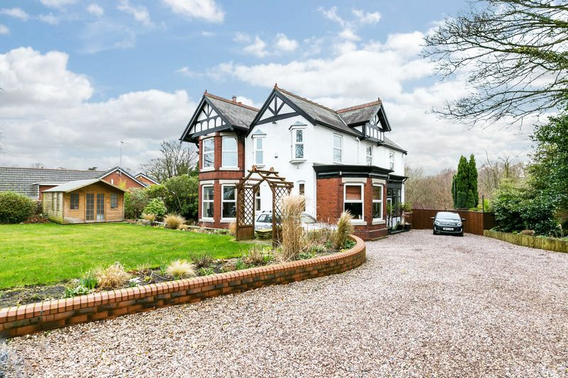 4 Bedrooms Detached House for sale in The Knoll, Chorley Road, Standish, WN6 0AA