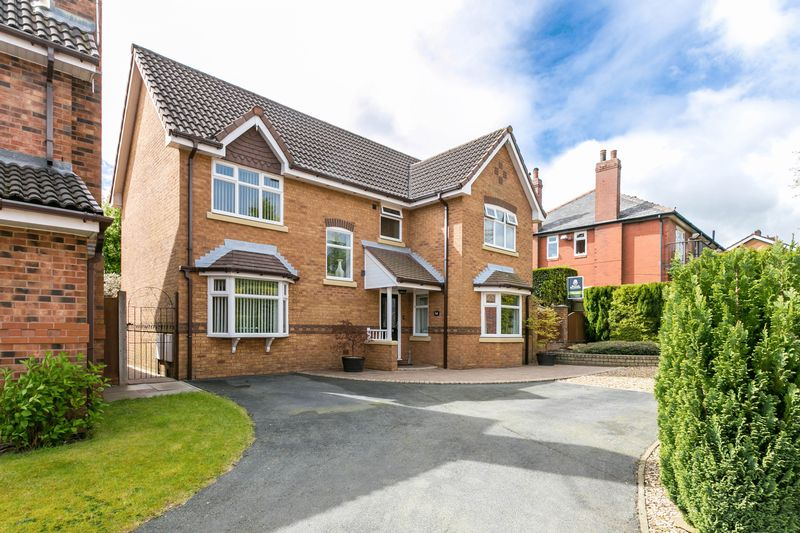 4 Bedrooms Detached House for sale in Fontwell Close, Standish, WN6 0XS