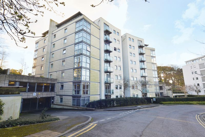 1 Bedroom Flat for sale in Spacious and Modern One Bedroom Town Centre Apartment with Underground Parking and a Large Balcony