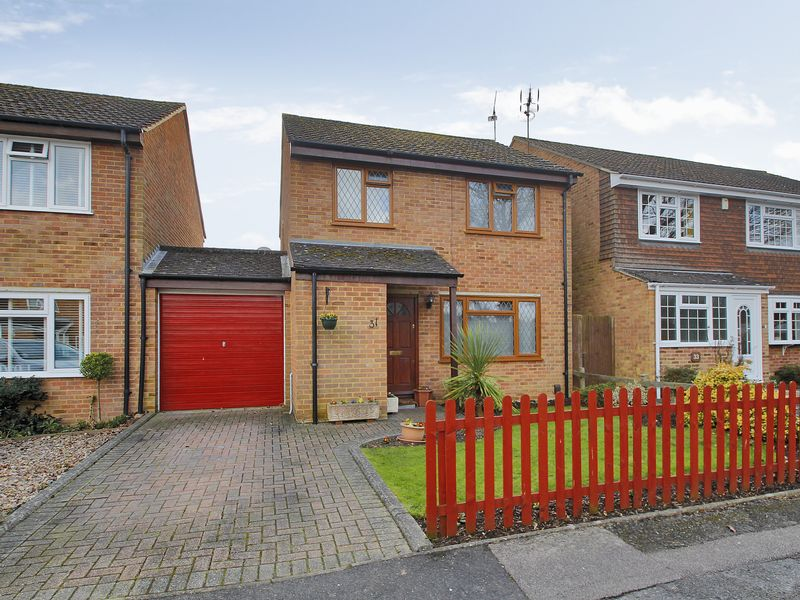 3 Bedrooms Detached House for sale in Bakehouse Road, Horley, Surrey