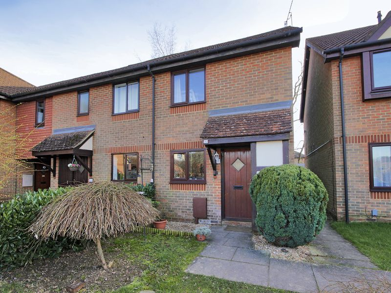 2 Bedrooms House for sale in Carlton Tye, Horley, Surrey