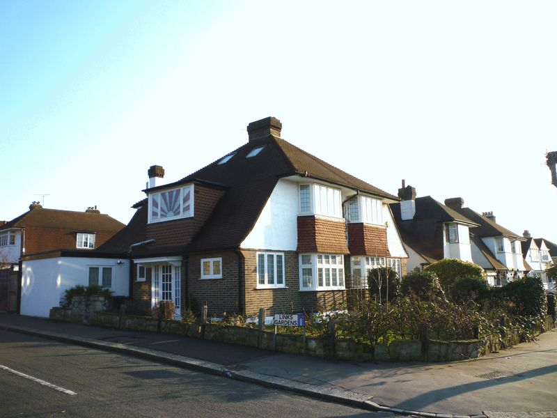 3 Bedrooms Semi Detached House for sale in Gibsons Hill, Norbury SW16