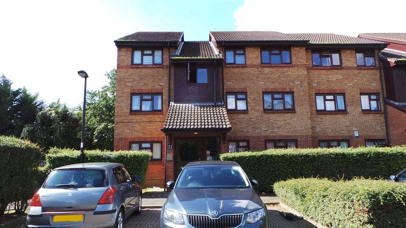 2 Bedrooms Flat for sale in Parr Close, Edmonton, N9