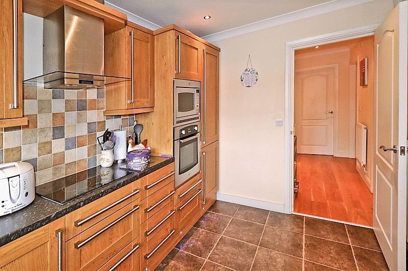 2 Bedrooms Flat for sale in Acre Park, Steaksteads, Bacup, OL13 0HU