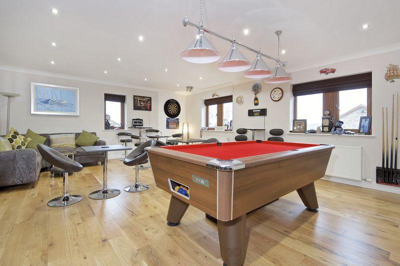 5 Bedrooms Detached House for sale in Carlton Road, Liversedge, WF15 7DG