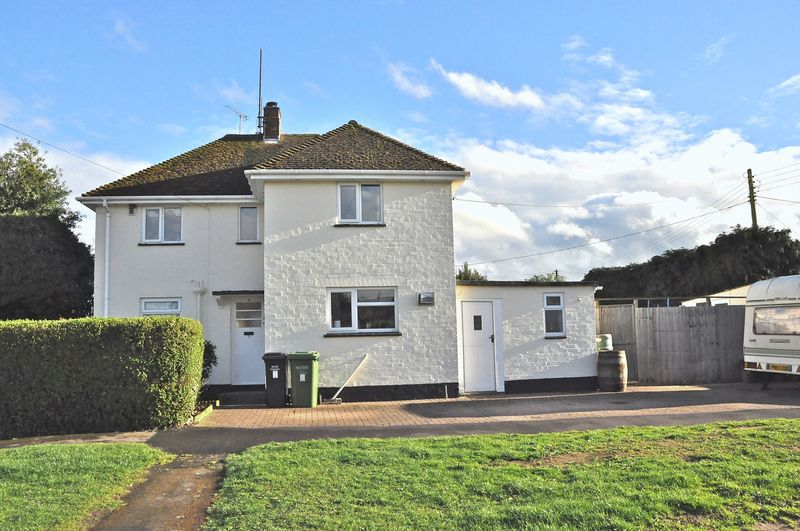 3 Bedrooms Semi Detached House for sale in St Milburgh Close, Offenham, Evesham, WR11 8RJ