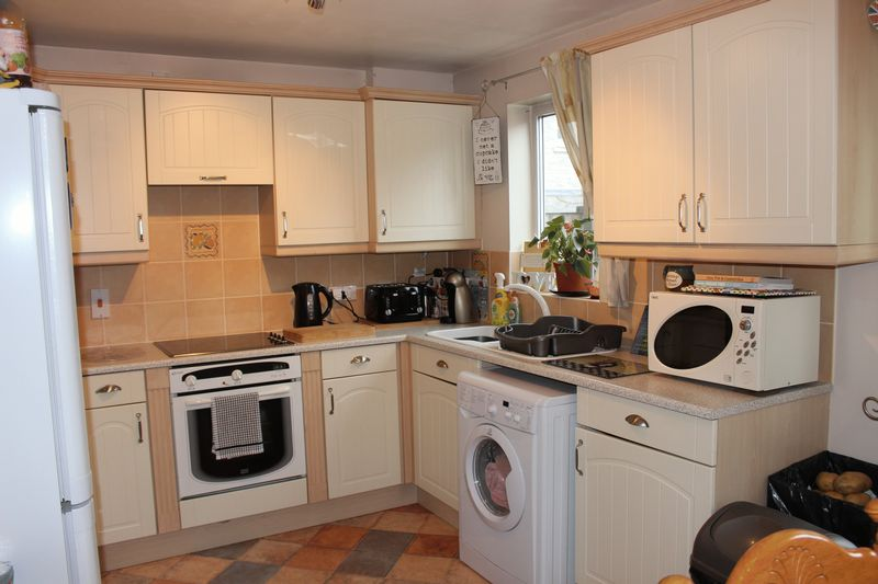 3 Bedrooms Semi Detached House for sale in Newbury Avenue, Calne