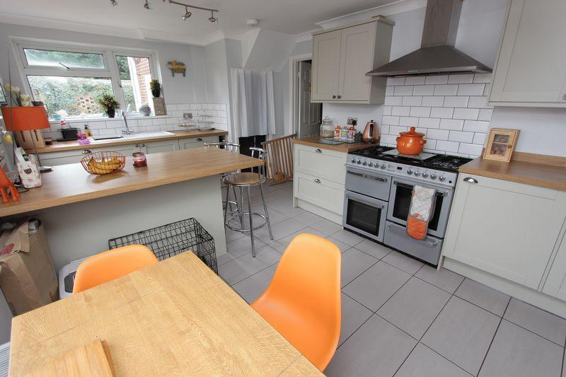 4 Bedrooms Semi Detached House for sale in Fair Oak