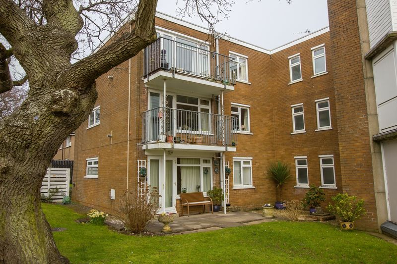 2 Bedrooms Flat for sale in Salisbury Close, Penarth