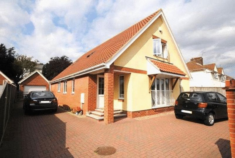 4 Bedrooms Detached Bungalow for sale in Yarmouth Road, Norwich