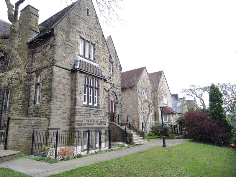 2 Bedrooms Flat for sale in Barracks Square, Macclesfield
