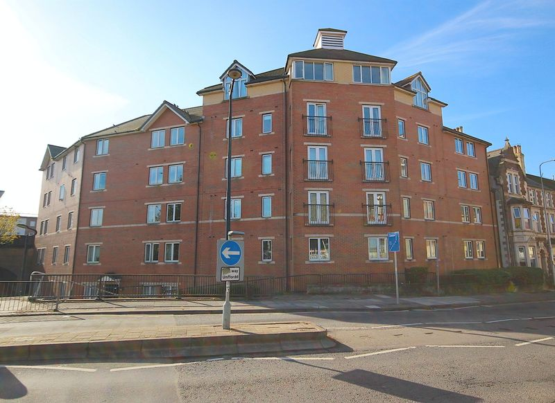 2 Bedrooms Flat for sale in Taffs Mead Embankment, Cardiff