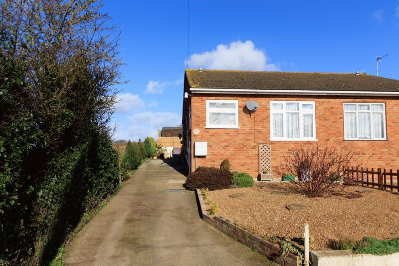 2 Bedrooms Semi Detached Bungalow for sale in Knoll Way, Warden Bay