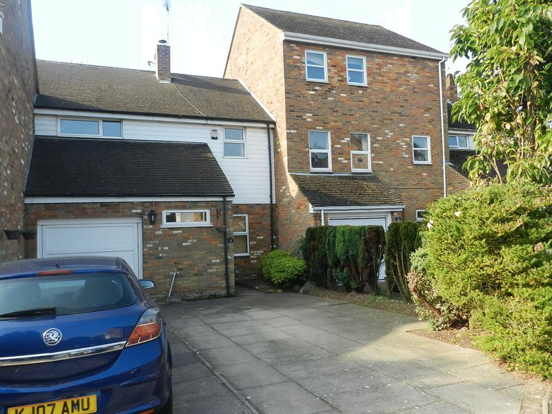 3 Bedrooms Terraced House for sale in St Georges Close, Toddington