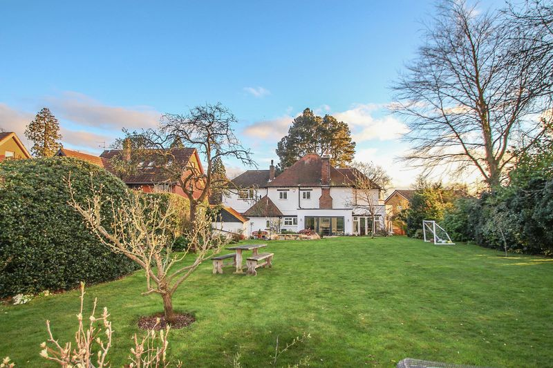 5 Bedrooms Detached House for sale in Red Lane, Claygate