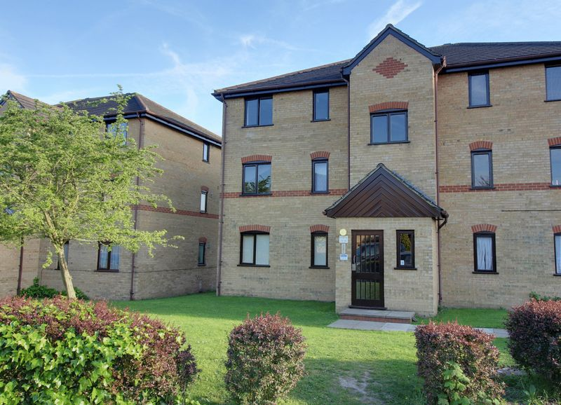 2 Bedrooms Flat for sale in Woodfield Close, Enfield