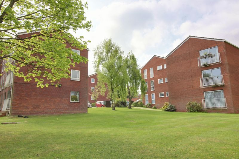 2 Bedrooms Flat for sale in Roundhedge Way, Enfield