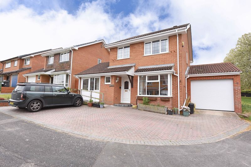3 Bedrooms Detached House for sale in Grebe Close, Basingstoke
