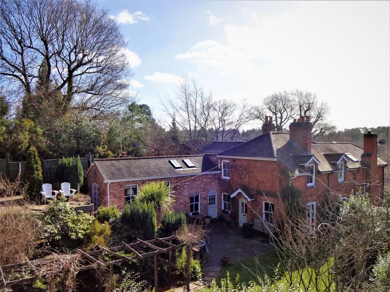 3 Bedrooms Semi Detached House for sale in Underhill Lane, Farnham