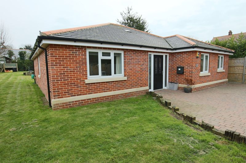 3 Bedrooms Bungalow for sale in Cotmer Road, Oulton Broad, Lowestoft