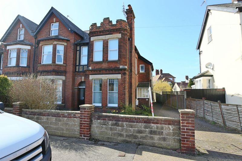 3 Bedrooms Flat for sale in Corton Road, Lowestoft