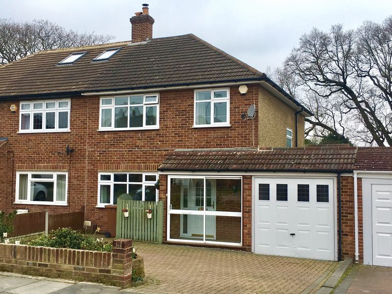 3 Bedrooms Semi Detached House for sale in Hurstwood Avenue, Bexley