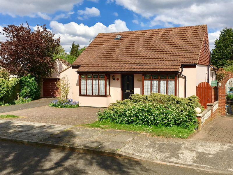 2 Bedrooms Detached Bungalow for sale in Barton Road, Sidcup